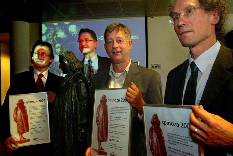 Rien van IJzendoorn (rechts) kreeg in 2004 de Spinozapremie, de hoogste onderscheiding in de Nederlandse wetenschap. Beeld ANP