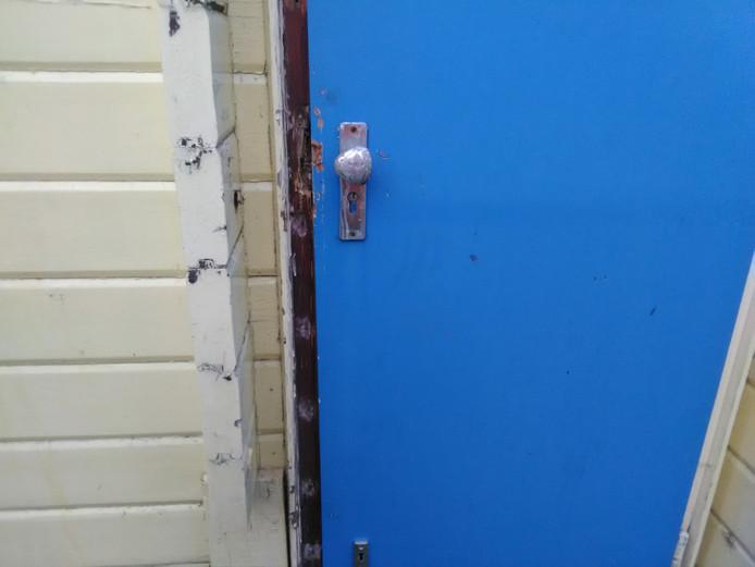 Braakschade aan de deur van de kiosk bij recreatieplas Wylerbergmeer.