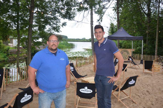 Manuel en Guy in hun zomerbar aan de Rode Sluis in Moerbeke.