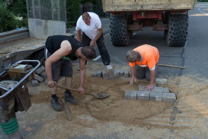 Het gat in de weg wordt gerepareerd.
