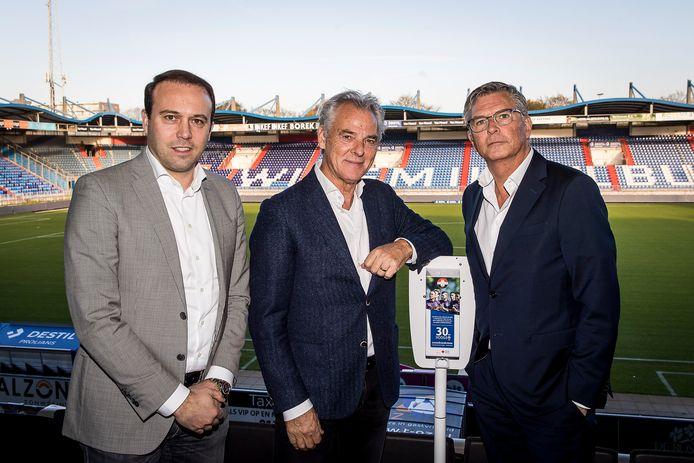 Joris Mathijsen, Rene van der Kolk en Martin van Geel bij de dispenser