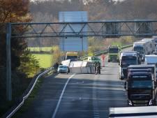 Aanhangwagen kantelt op A28 bij Leusden, twee rijstroken dicht