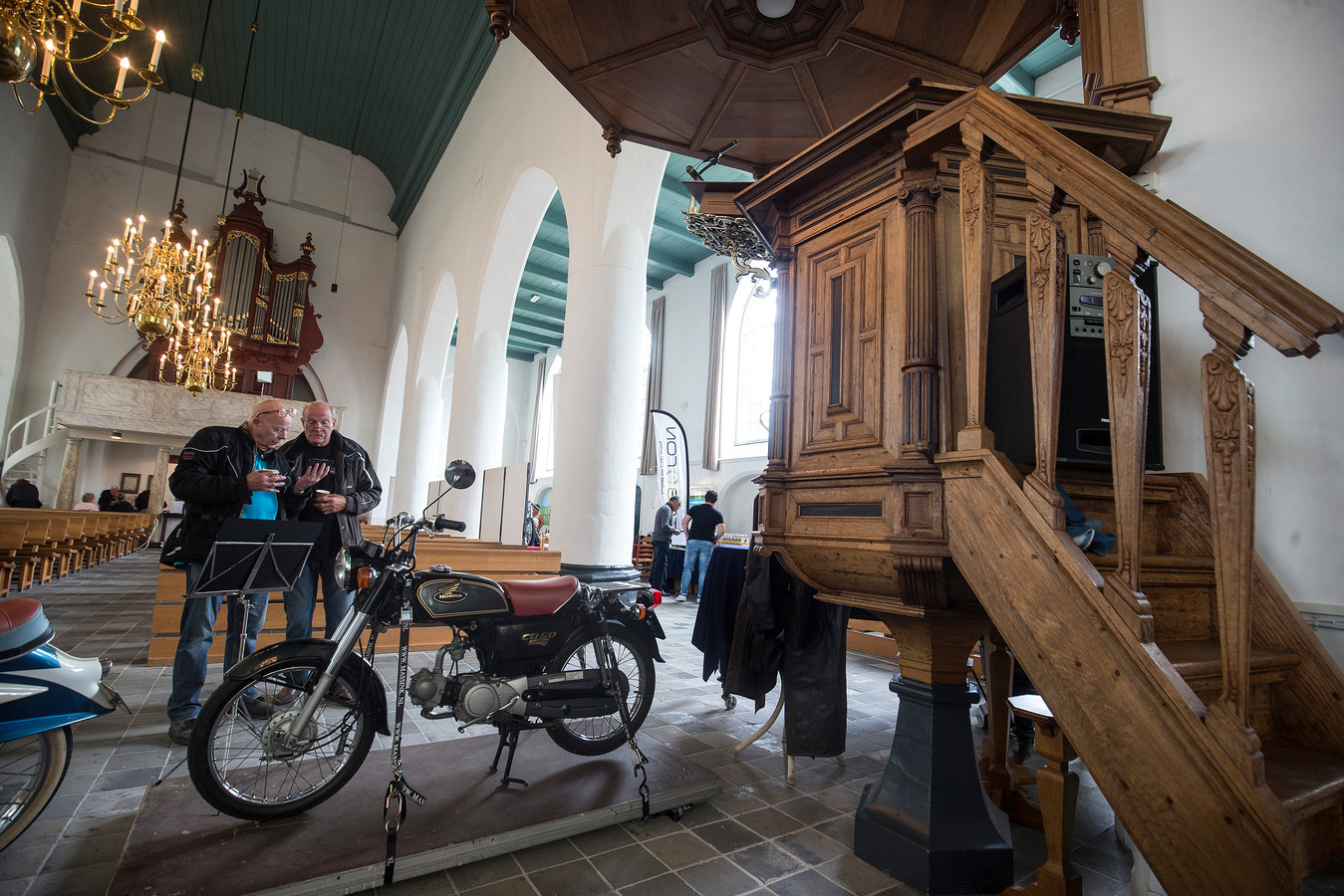 Antieke brommers in de Remigiuskerk in Steenderen. De tentoonstelling viert dit jaar het eerste lustrum.