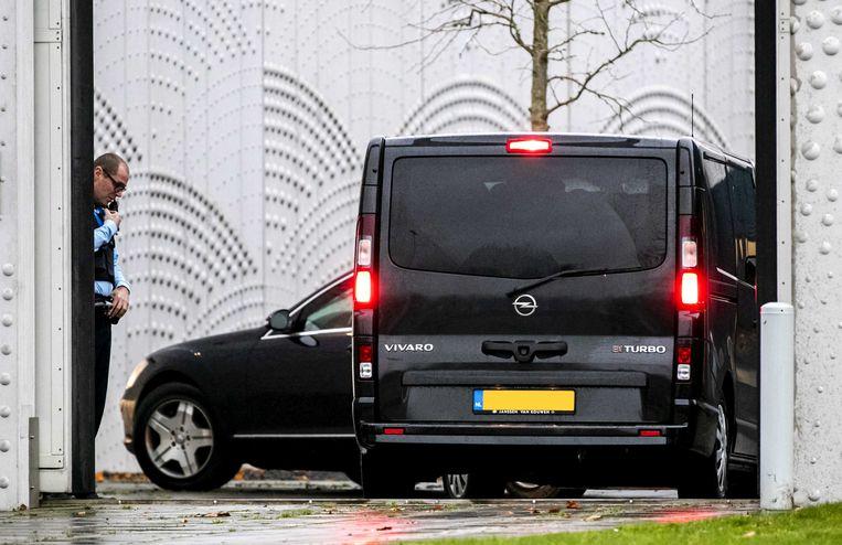 Beveiligde auto's komen aan bij de extra beveiligde rechtbank op Schiphol voor een zitting in het Marengo-proces in december 2019. Beeld ANP