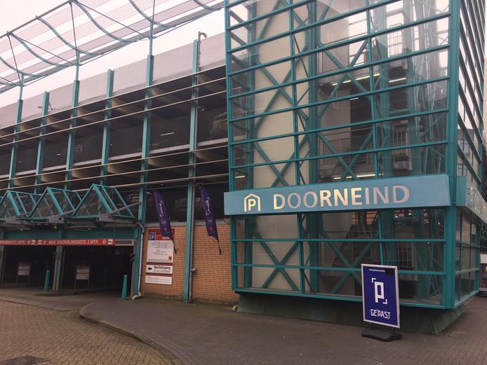 Het Helmondse stadsbestuur gaat ambtenaren stimuleren om een abonnement te nemen voor de nabijgelegen parkeergarage Doorneind.