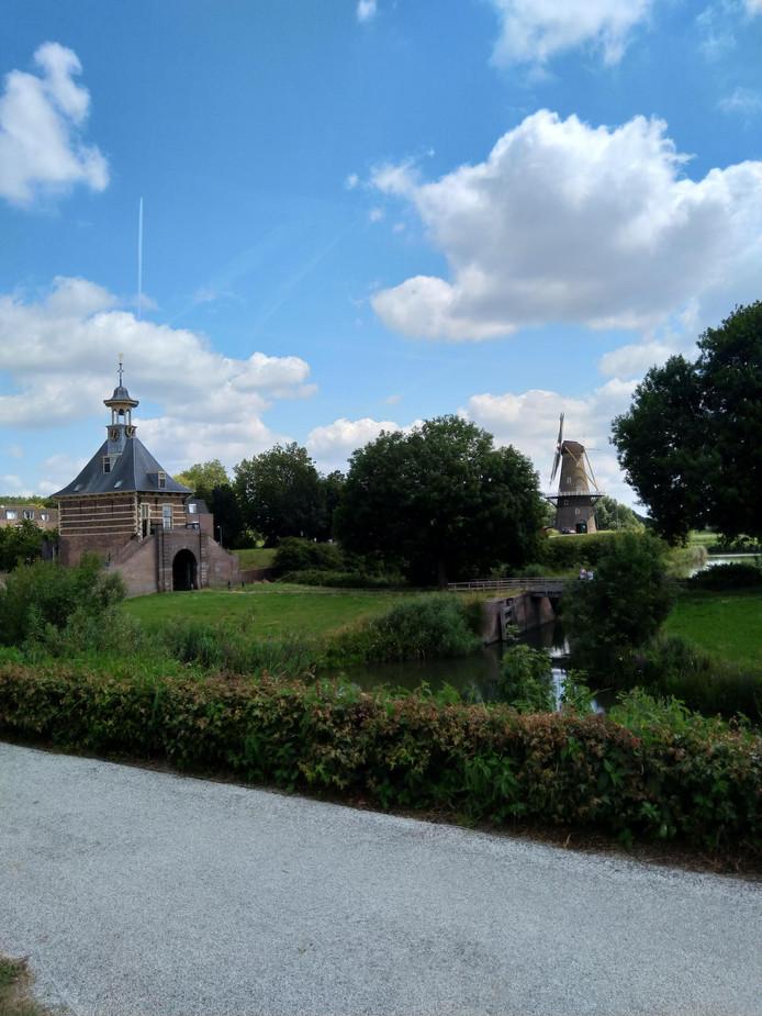 Twee Gorcumse klassiekers: de Dalempoort en molen De Hoop. Populair onder fotografen.