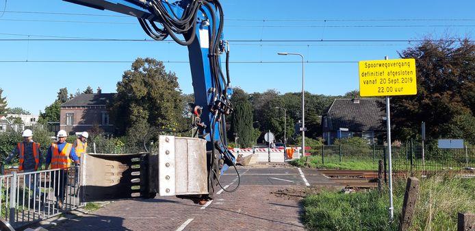 De ontmanteling van de spoorwegovergang op Colmschate is in volle gang. Er rijden geen treinen dit weekend tussen Deventer en Almelo. NS zet bussen in
