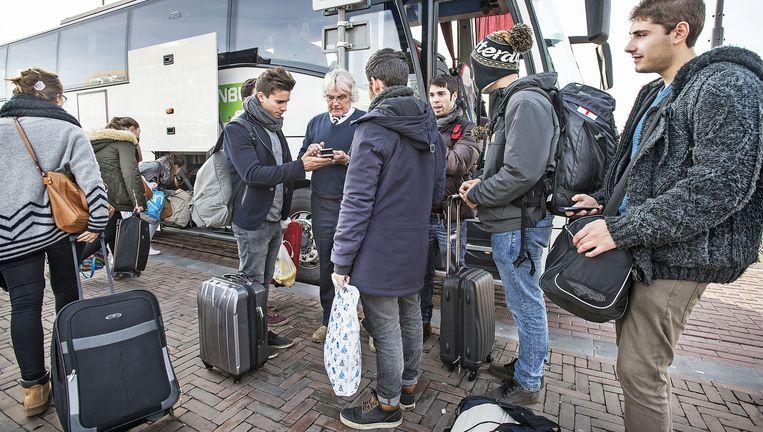 Een chauffeur van Flixbus controleert in Amsterdam een passagier. Beeld Guus Dubbelman / de Volkskrant