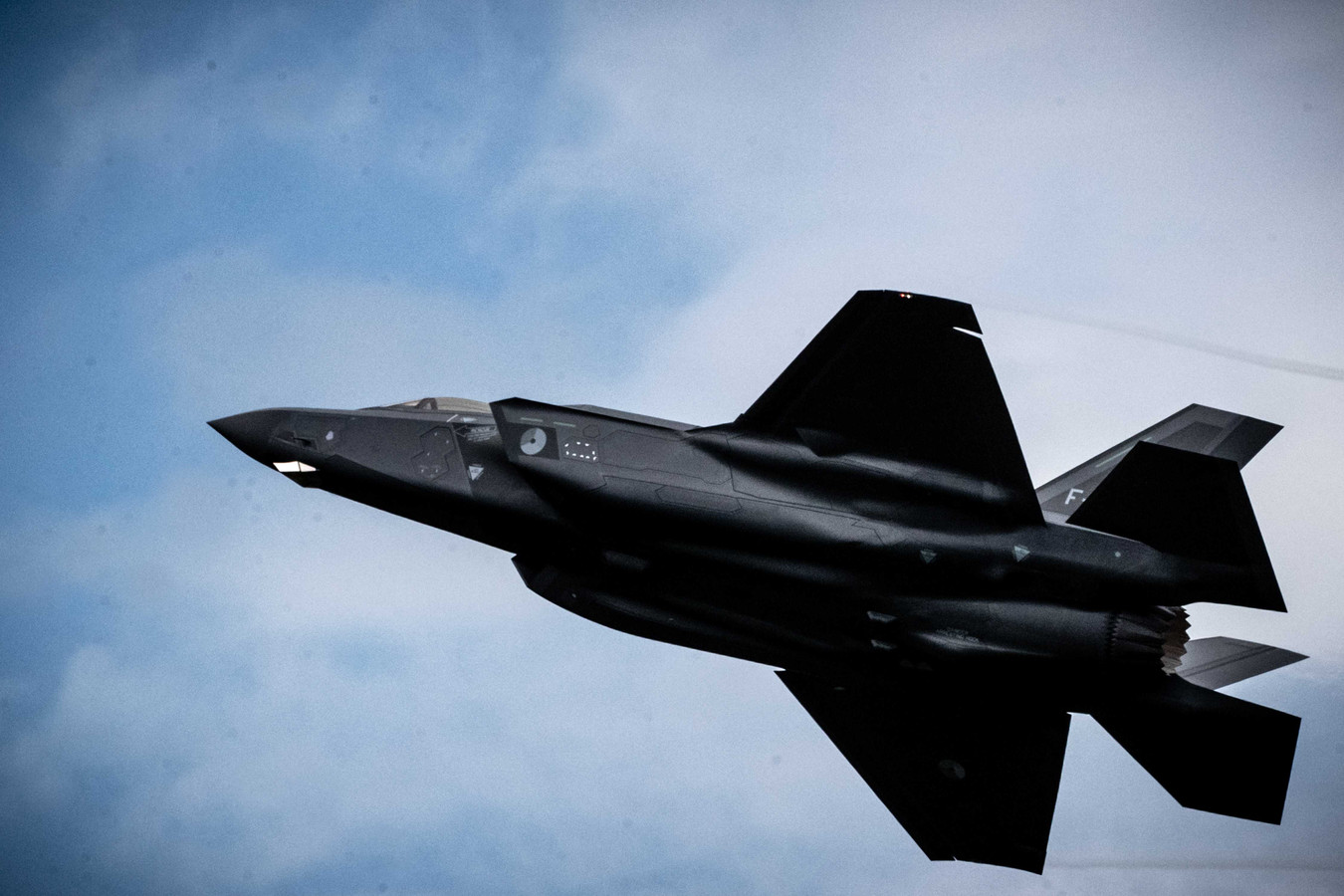 De eerste Nederlandse F-35, de Joint Strike Fighter, in actie tijdens de Luchtmachtdagen 2019 op vliegbasis Volkel.