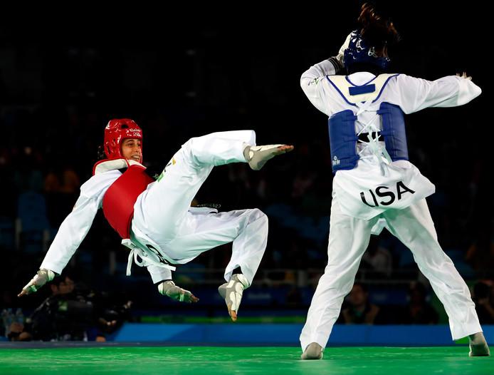 Reshmie Oogink in gevecht met de Amerikaanse Jackie Galloway tijdens de Olympische Spelen in Rio de Janeiro.