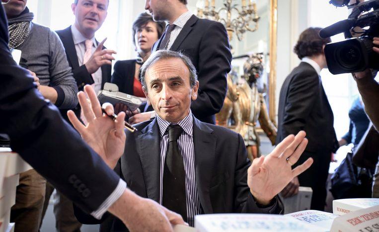 Eric Zemmour tijdens een signeersessie van zijn boek.   Beeld EPA