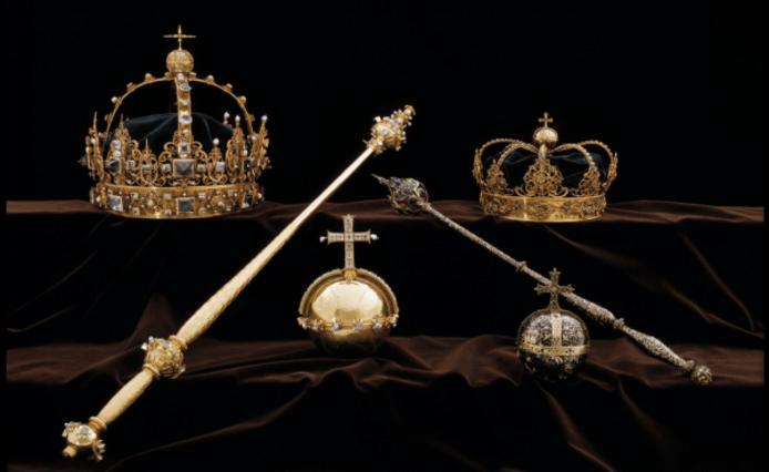 De kronen en de 'rijksappel' die zijn ontvreemd uit de kathedraal  van Strängnäs.