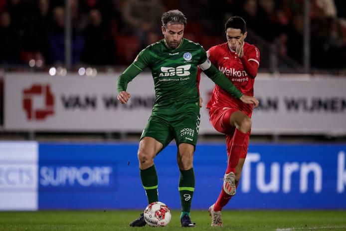 Aanvoerder Ralf Seuntjens van De Graafschap in duel met Anwar Bensabouh van Almere City.