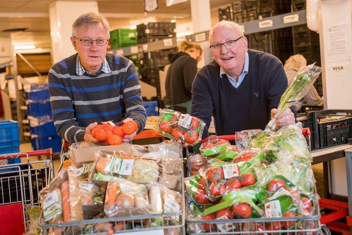 """Han Eulderink (rechts), samen met Ab van Wermeskerken van de voedselbank: """"In vijf jaar tijd heb ik de SP nog nooit bij de voedselbank gezien. Ze schreeuwen van alles, ook over het ziekenhuis."""""""