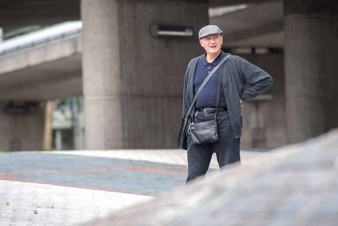Kunstenaar Peter Struycken op zijn 'Blauwe golven' in Arnhem.