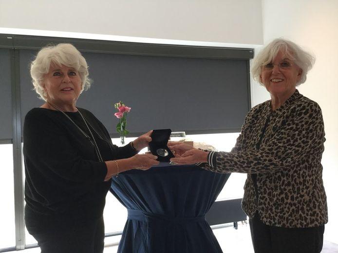Bestuursvoorzitter Karla Peijs van het Watersnoodmuseum geeft de penning aan Ineke van Dijke