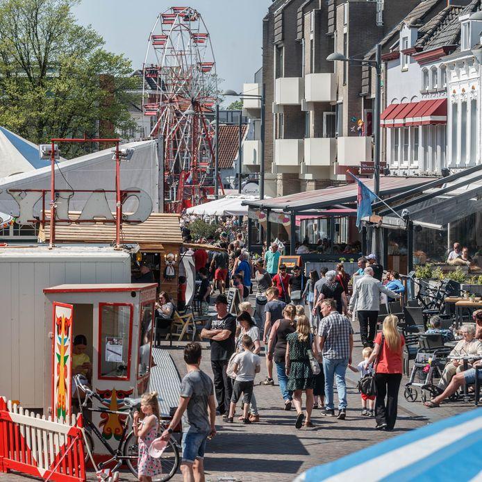 Roosendaal - 21-4-2019 - Foto: Pix4Profs/Marcel Otterspeer - Drukte op de nostalgische kermis in Roosendaal op deze Eerste Paasdag.