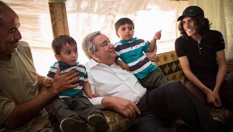 António Guterres, in zijn hoedanigheid als Hoge Commissaris voor de Vluchtelingen van de VN, in een kamp voor Syrische vluchtelingen in Libanon. Beeld Andrew McConnell / UNHCR