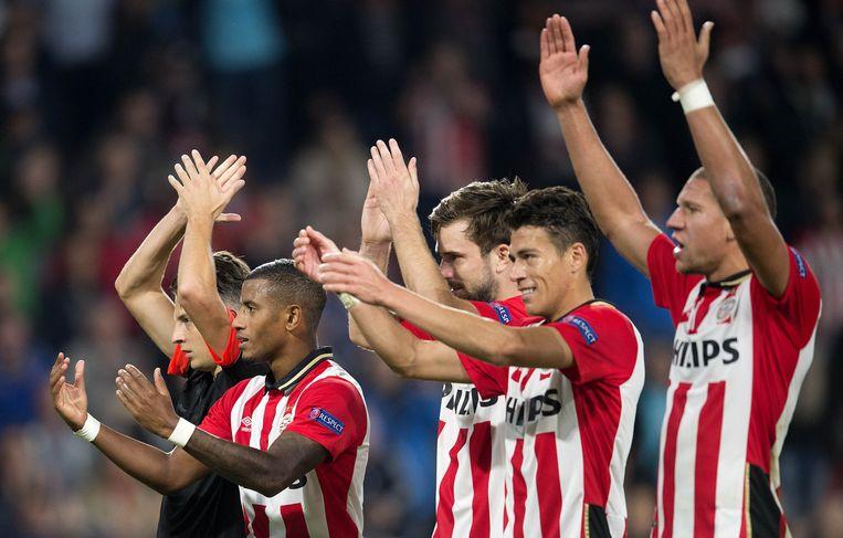 PSV-spelers bedanken het publiek na de overwinning op Manchester United (2-1) Beeld anp