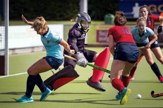 Saskia van Duivenboden als keepster van Nijmegen in het hoofdklasseduel met Laren vorig seizoen.