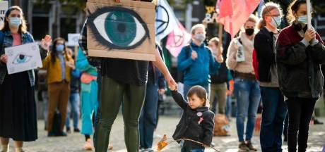 Klimaatactivisten protesteren in lobby van ministerie Economische Zaken en Klimaat