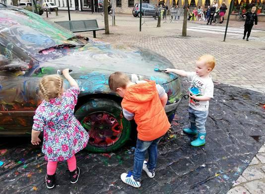 Dex, de kleine man, bewerkte wielen, motorkap en voorruit met klodders verf in alle kleuren van de regenboog in Oud Gastel. Foto  Trudie Hoogstraten.