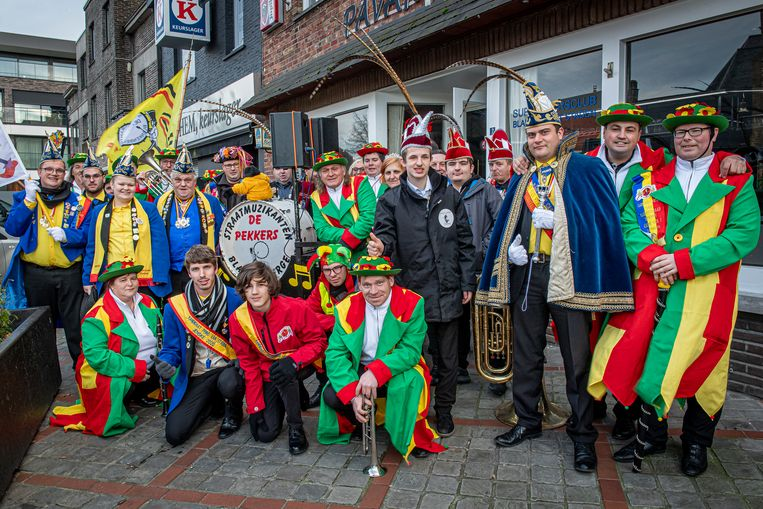 De Stadense carnavalsraad in december op de markt van Staden. Toen werd een kroegentocht georganiseerd naar aanleiding van de voorstelling van de kandidaat-carnavalsprinsen.