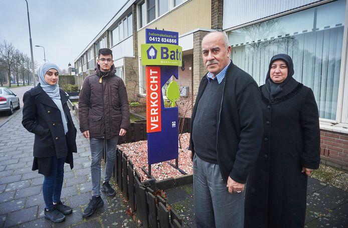 De familie Bozdemir voor hun woning aan de Vivaldistraat in Oss. Ze moeten dit huis half mei ontruimd hebben.