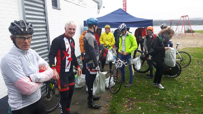 De deelnemers hebben het over het eerste onderdeel fietsen