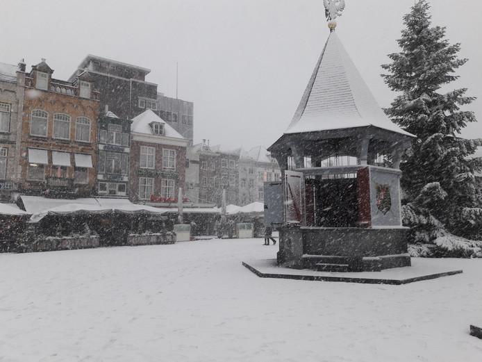Puthuis op de Bossche Markt in de sneeuw