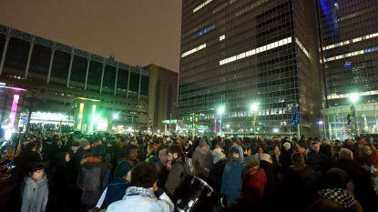 Honderden mensen protesteren tegen geplande politieactie Maximilaanpark, 500-tal migranten ondergebracht bij gastgezinnen
