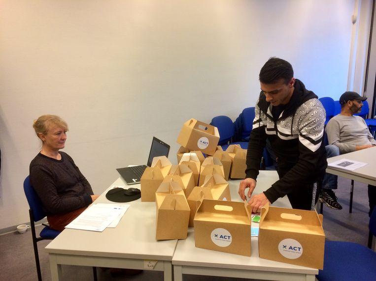 Ook snel en juist kartonnen dozen in elkaar vouwen? was een van de proeven donderdag bij VDAB;
