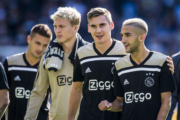 Hakim Ziyech (R) met Maximilian Wober (M), Rasmus Kristensen (2L), en Dusan Tadic (L). Beeld ANP Pro Shots