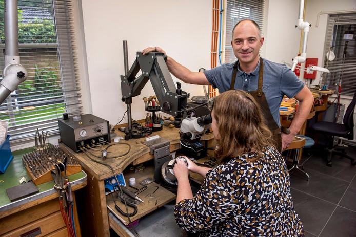 Goudsmederij Mathon Den Hout in de race beste leerbedrijf. Op de foto is Derk Mathon aan het werk met zijn leerling Suzanne.