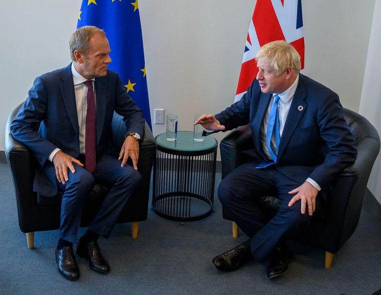 Voorzitter Donald Tusk (links) van de Europese Raad en de Britse premier Boris Johnson tijdens een eerdere ontmoeting, op 23 september in New York.  Beeld EPA