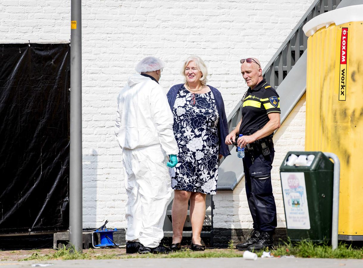 Burgemeester Marianne Schuurmans van de gemeente Lingewaard in gesprek met de politie.
