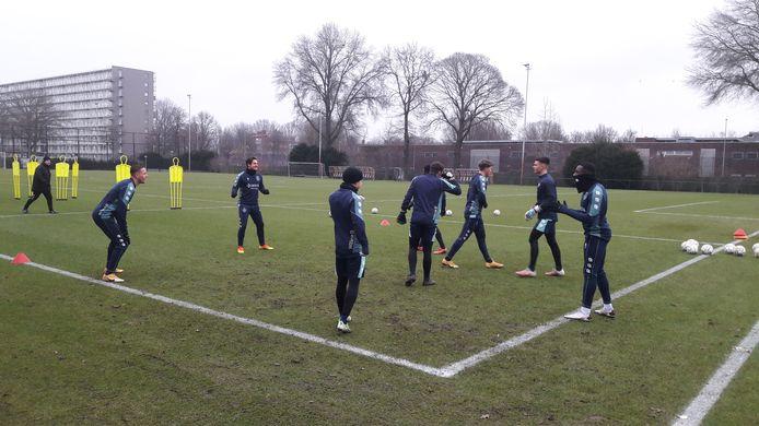 De wisselspelers van Willem II trainden in kleine groepjes buiten. De basisspelers bleven in het krachthonk.
