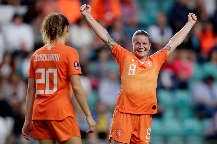 Sherida Spitse viert een goal voor Nederland.