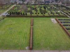 Staphorst kleedt volle begraafplaats aan: 'Anders begrafenissen in kaal veld'