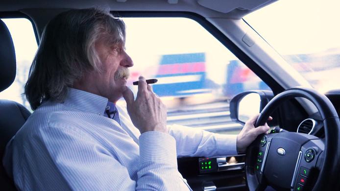 Johan Derksen, nu nog zelf rokend achter het stuur