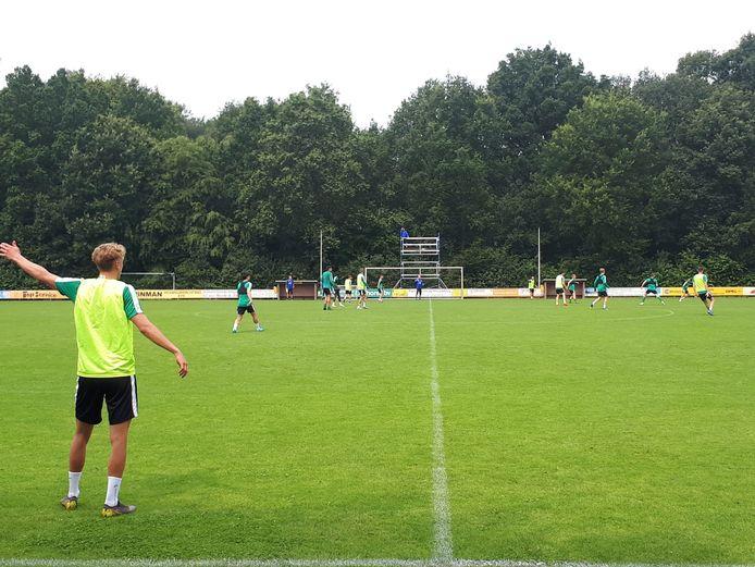 PEC Zwolle werkte donderdag met de herstelde Etiënne Reijnen een trainingssessie af in Epe. Bram van Polen en Dean Huiberts trainden apart en coach John Stegeman keek vanaf de steiger toe.