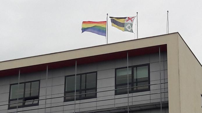 De Regenboogvlag (links) wappert op 11 oktober weer op het dak van gemeentehuis Moerdijk in Zevenbergen.