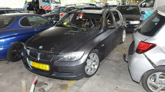 Het gaat om een grijze BMW type 3Er Reihe 325i Sedan.