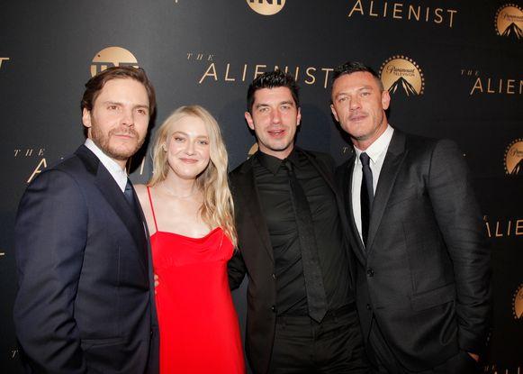 Jakob naast Daniel Brühl (links), Dakota Fanning en Luke Evans (rechts) op de wereldpremière.