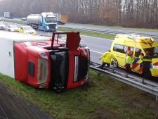 Vrachtwagen knalt over vangrail op A28 bij De Wijk: bestuurder is 'in goede handen'