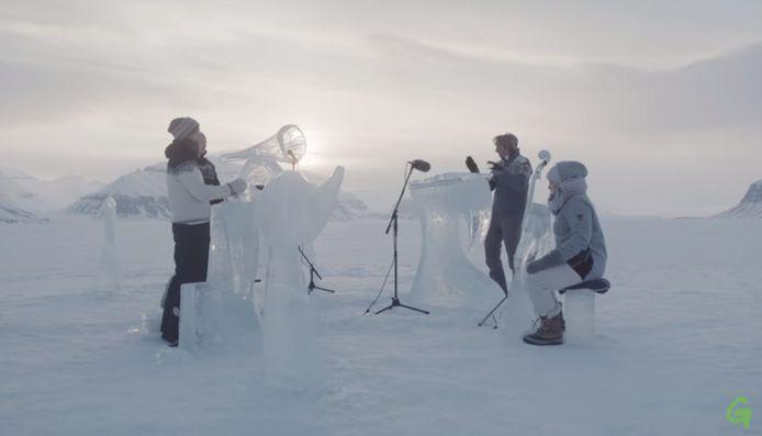 De muzikanten speelden op instrumenten gemaakt van Arctisch ijs.