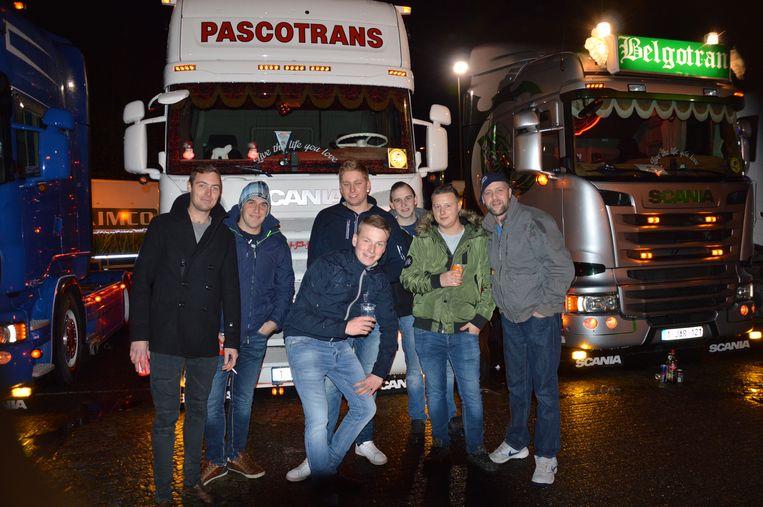 Een groepje aanwezigen bij enkele trucks op het Dr. Hemerijckxplein.