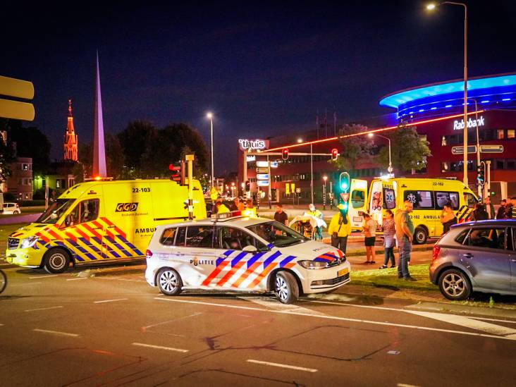 Auto schept scooter in Eindhoven, twee vrouwen gewond