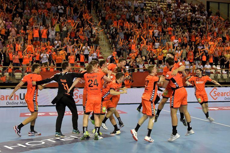 Vreugde na het verlossende woord: Oranje gaat als een van de beste nummers drie naar het EK. Tweede van links: Gerrie Eijlers. Beeld Henk Seppen