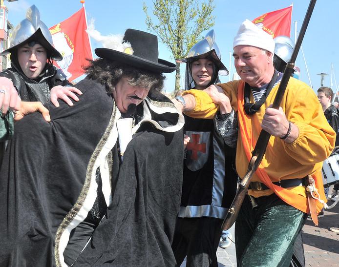 Don Pachieco (midden) verzet zich hevig nadat hij door de Vlissingers is gearresteerd. Het Vlissings Verzet in 1572 wordt elk jaar nagespeeld.